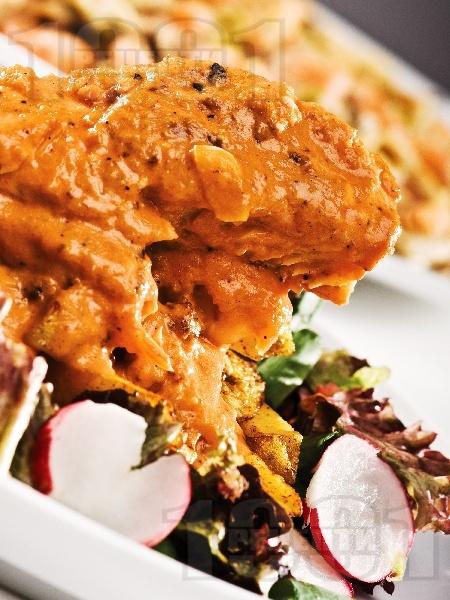 Задушена бяла риба с доматен сос и сирене - снимка на рецептата